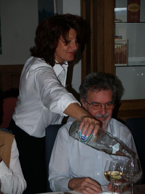 Onc' Pierre lässt sich noch etwas Wasser einschenken